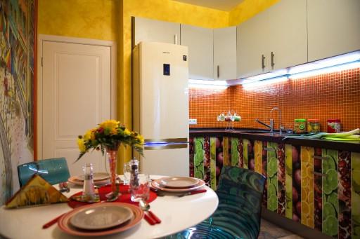 Теплая, молодежная кухня и опрятная простая дверь.